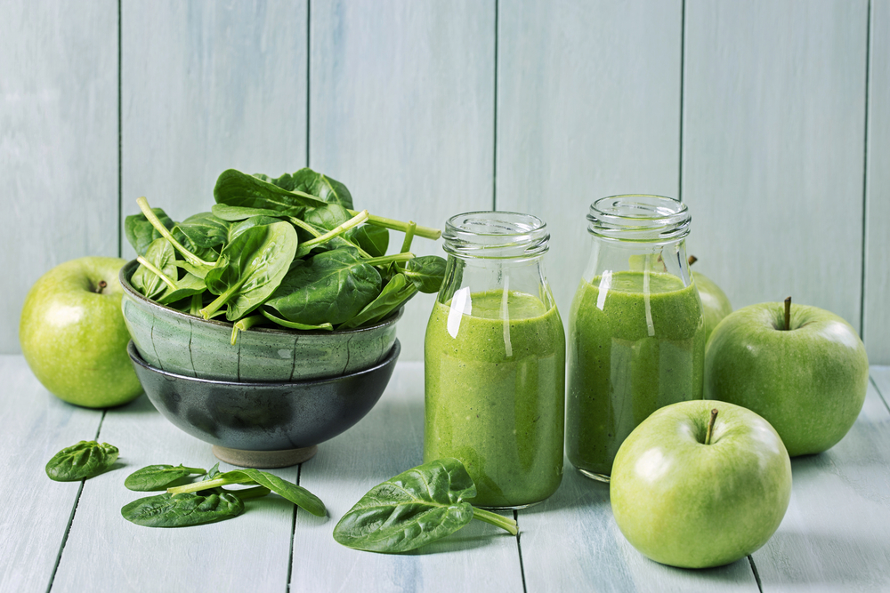green smoothies with spinach and apples